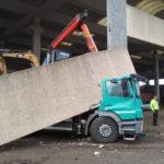 Un camión choca contra una viga, a punto de matar al camionero de 57 años en Arena Po