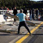 Un camionero planta cara a los CDR deshaciendo una barricada sin apoyo nadie