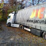 Un camionero lleva atrapado cinco días en una colina, comiendo y durmiendo en el camión