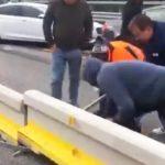 Camioneros arrancan la mediana para sortear el corte de La Jonquera