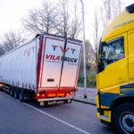 Un camión español se atasca en un viaducto de 3,80 metros en los Países Bajos