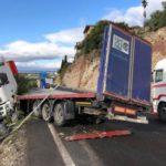 Un camionero herido, tras el accidente de un camión en la A-92, que ha generado varios kilómetros de atasco