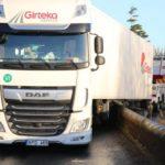 Un camión de Girteka se atasca en un puente: los vecinos llaman «idiota» al camionero