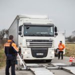 ¡Un camionero alemán paga una multa de 150 euros por ver pornografía mientras conduce!
