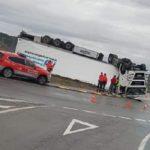 Vuelca un camión en una rotonda de Valtierra, en posición extraña posiblemente por velocidad inadecuada