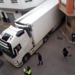 Un camión articulado se atasca en pleno corazón de Betxi y algunos se burlan del conductor