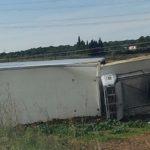 Un camionero herido, al salirse de la vía y volcar el camión que conducía  en la NII  (Creixell)