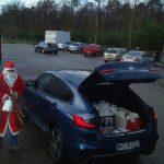 Regalan cestas a los camioneros que están estacionados y no han podido volver a sus casas por navidad