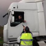 Un gendarme amenaza con una pistola a un camionero que se abrió paso en un bloqueo de los chalecos amarillos CGT