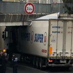 El conductor probablemente no sabía la altura del camión que conducía: 3,2 el puente, 4 m el remolque frigorífico
