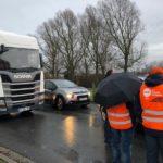 Los camioneros bloquean logísticas y petroleras, pero no las carreteras para no molestar a los usuarios en Francia