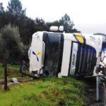 Un camionero herido, tras el vuelco de un camión en la IC-8, en Sertã