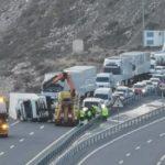 Rescatado un camionero atrapado y herido al volcar con su camión en Gualchos (Granada)