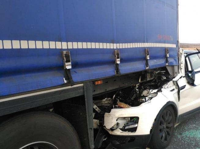 Dos niños y sus padres, heridos al empotrarse contra un camión en la AP2