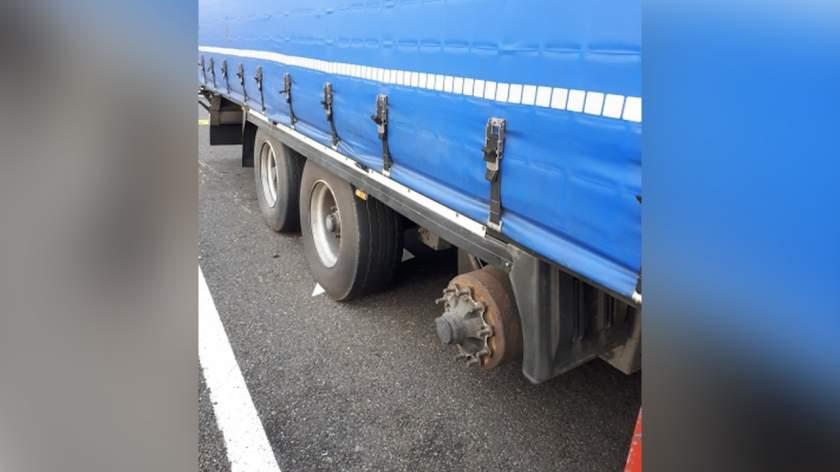 Un camionero rumano viaja sin una rueda, y le dice a la policía que la cambiará en su casa