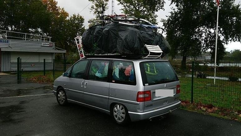 Viajaba por la A63 con 500 kilos de exceso en su monovolumen Citroën bajo una intensa lluvia