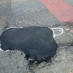 Encuentra una manera increíble y rápida de que los ayuntamientos reparen los baches de las carreteras