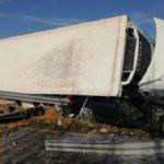 Vuelca un camión de gran tonelaje sobre un turismo en la rotonda de acceso a Calahorra