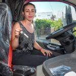 Con la llave en mano, esta camionera de 23 años ya puede salir a trabajar con su camión rosa