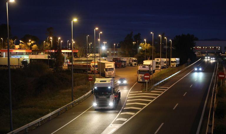 Los camiones 'invaden' las áreas de servicio de la AP-7 en Castellón