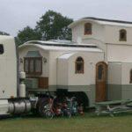 Una fantástica y gigantesca caravana rodante de tres niveles, tirada por un camión Freightliner híbrido