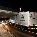 Un camión de Acotral, se atasca por exceso de gálibo en el puente del tren de Alba