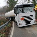 Un camión cisterna cargado de gasolina y diésel, atrapado en una curva en Massa Marittima