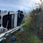 Herida una joven camionera de 24 años, tras volcar con un camión cisterna y verter al río 25,000 litros de leche