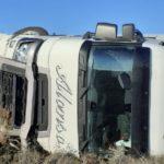 Herido el conductor de camión que saltó la mediana, cruzando tres carriles volcando en el lado contrario de la A-62 a la altura de Parada de Rubiales