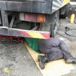 Un camionero muere atrapado bajo las ruedas del camión que reparaba tras dejarlo en marcha