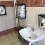 La foto de la vergüenza: rejas en los dispensadores del baño y 10€ de fianza por la alcachofa de la ducha