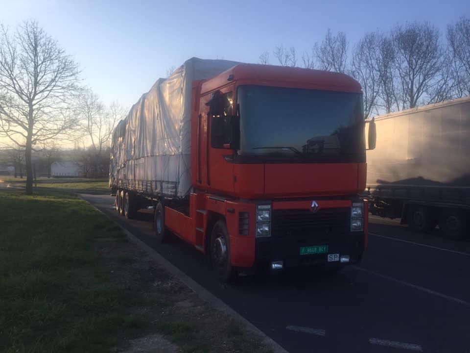 El chófer de un camión español, lleva días bloqueado por los gendarmes, en un área desierta en Francia
