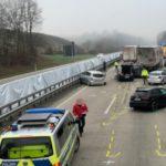 La cámara de un camión, filma como un banco repentino de niebla espesa produce una colisión con 2 muertos y 6 heridos