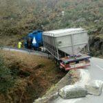 Cortada una carretera en Bande tras quedar bloquedo un camión en una curva