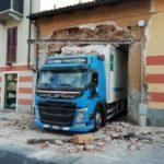 Un camión se atasca y derriba la puerta de entrada al almacén de un supermercado en Chieri