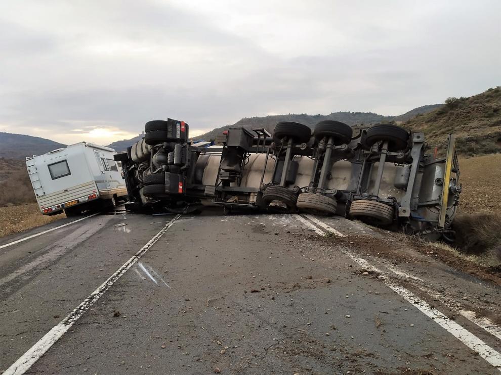 el camion ha quedado volcado sobre un lateral ocupando los dos carriles 1