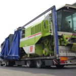 Denunciado un camión polaco, que iba a 106 km/h con una cosechadora en una lona, excediendo las dimensiones y mal asegurada