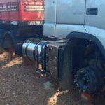 Paró a descansar en la rotonda y le robaron dos ruedas del camión