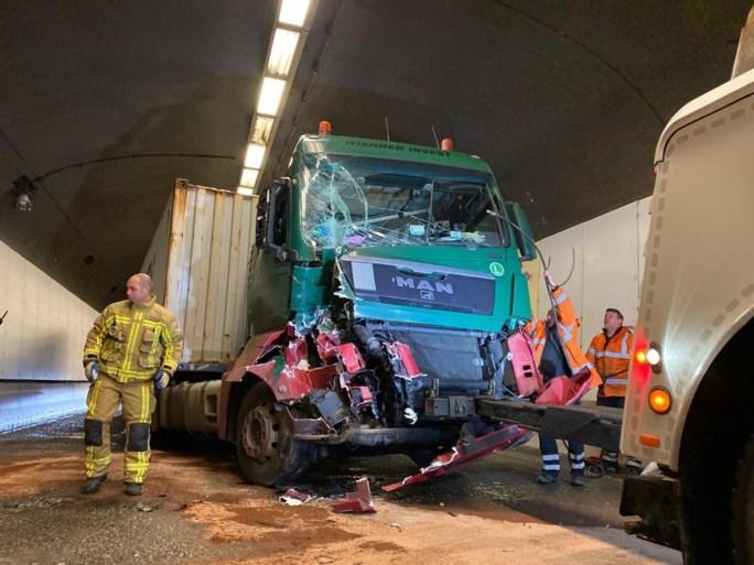 Cerrado completamente el Túnel de Tijsmans durante horas después del accidente de tres camiones en Amberes