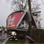 Herida la conductora de un camión, al colisionar contra un árbol, en el resbaladizo suelo de la D-611 en Francia