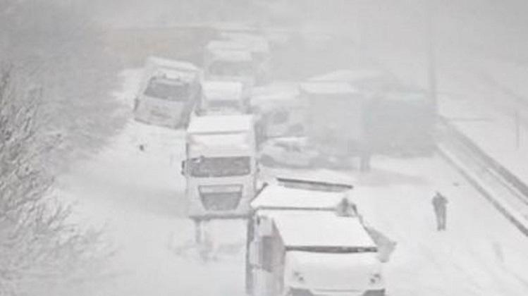 Cortada la E411 belga por colisión de al menos 15 vehículos, automóviles, camiones y autobuses por la nieve