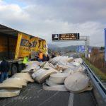 La mala estiba de la carga de un camión pierde centenares de rollos de papel