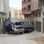 Un camión colisionó contra unas casas en un barrio de viviendas en Tánger