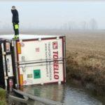 Un camionero herido al caer el camión a un canal en Agnadello,  SP 90