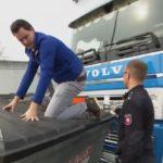 Un policía alemán humilla a un camionero, obliga a desinstalar luces ilegales sobre un contenedor de basura