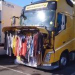 ¿Cómo viven los camioneros? Viven permanentemente en el camión, comen y duermen allí, además de trabajar con ellos.