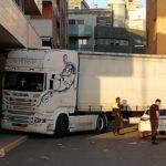 Un camión de grandes dimensiones bloqueado en las calles de Villena corta el tráfico a causa del GPS