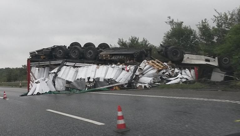 El dramático vídeo del vuelco de un camión lituano que su conductor viajaba bebido en la autopista