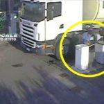 Denunciado un camionero de 65 años, por tirar las llaves de un coche de la policía a la basura
