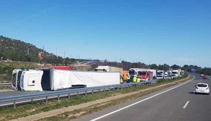 El fuerte viento vuelca un camión en la AP7 y deja un herido grave y otro leve en Hospitalet del Infant